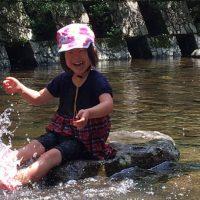 河原で水遊び
