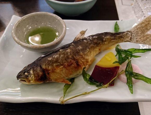 諏訪湖ホテルの夕食のアユの塩焼き