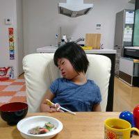 食事中に寝てしまったダウン症の娘