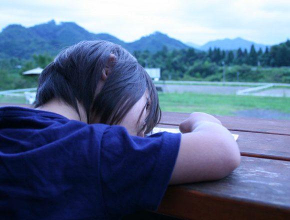 綾部ふれあい牧場で居眠りするダウン症の娘