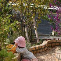 自宅庭で遊ぶダウン症の娘