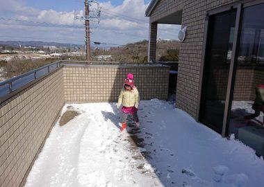 バルコニーで雪だるま