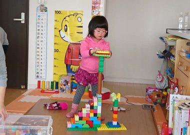 ブロックで遊ぶダウン症の娘