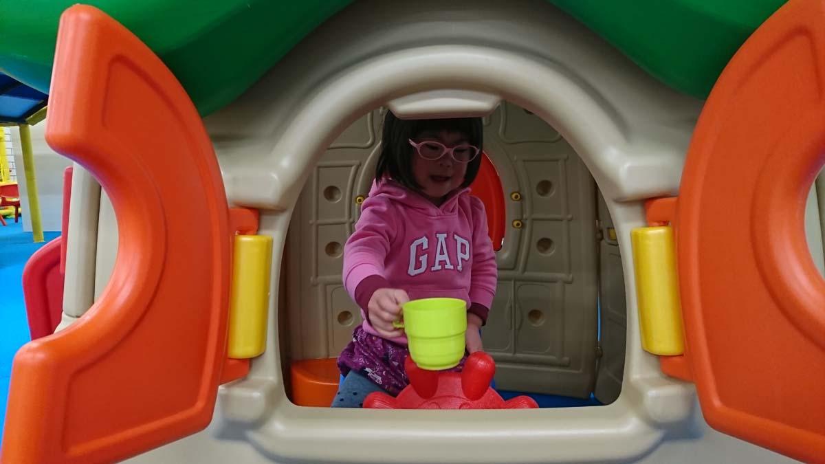 キッズルームで遊ぶダウン症の娘