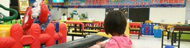 ピアノを弾くダウン症の娘