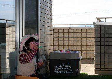 しゃぼん玉で遊ぶダウン症の娘