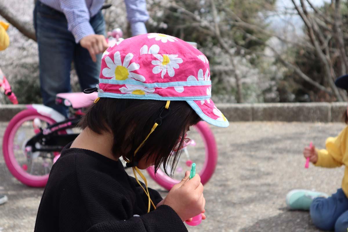 シャボン玉で遊ぶダウン症の娘
