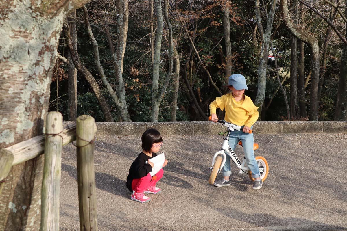 甥の子どもたちと遊ぶ娘