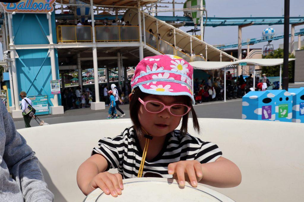 鈴鹿サーキットの遊園地の乗り物を楽しむダウン症の娘