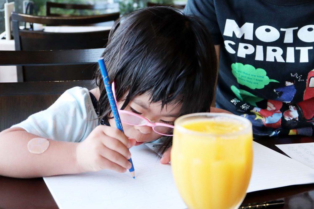 滝寺荘でお絵描きをするダウン症の娘